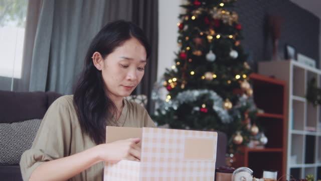 donna che crea regali di natale. - avvolto video stock e b–roll