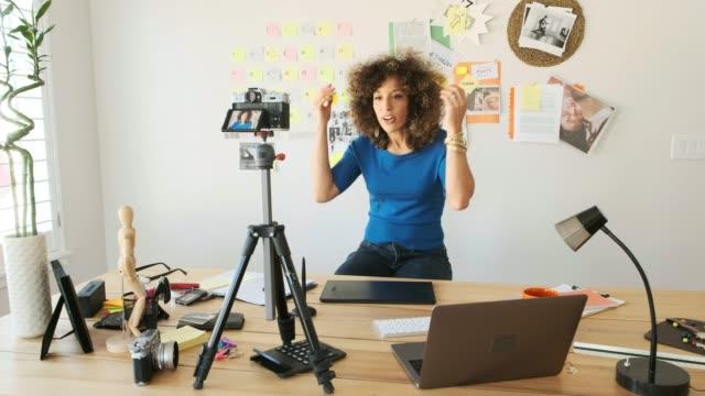 weibliches kreativteam arbeitet in der ferne - bloggen stock-videos und b-roll-filmmaterial