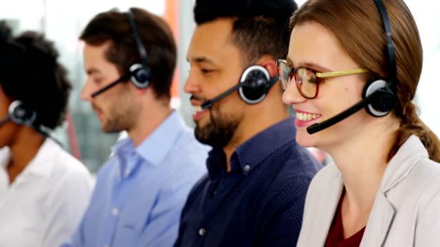 vídeos y material grabado en eventos de stock de ejecutivo de clientes femeninas trabajan en la oficina - centro de llamadas