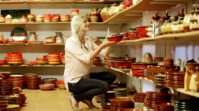 vídeos de stock, filmes e b-roll de cliente feminino na oficina de cerâmica - cerâmica artesanato