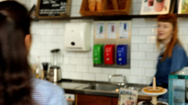 kadın müşteri barista cafe için sipariş - sipariş vermek stok videoları ve detay görüntü çekimi