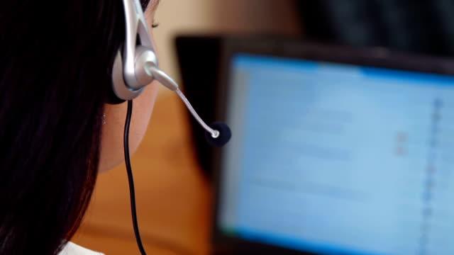 vídeos y material grabado en eventos de stock de hembra representante de servicio al cliente - centro de llamadas
