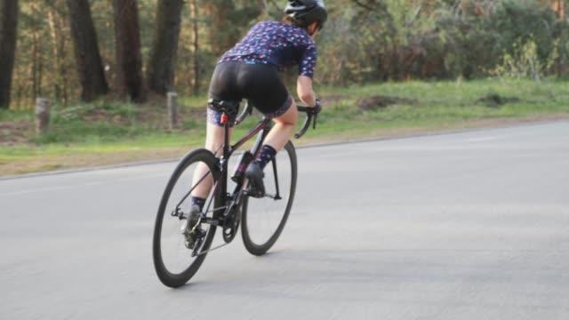ciclista che vola fuori dalla sella. concetto di allenamento ciclistico. giro in bicicletta in salita. rallentatore - pantaloncini video stock e b–roll
