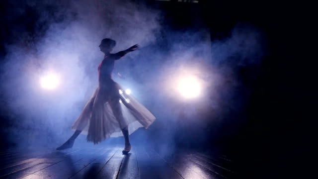 vídeos de stock, filmes e b-roll de um dançarino feminino corre através de um palco escuro. - balé