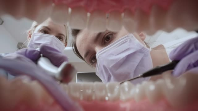 vidéos et rushes de pov femme dentiste perforant la dent - fraise