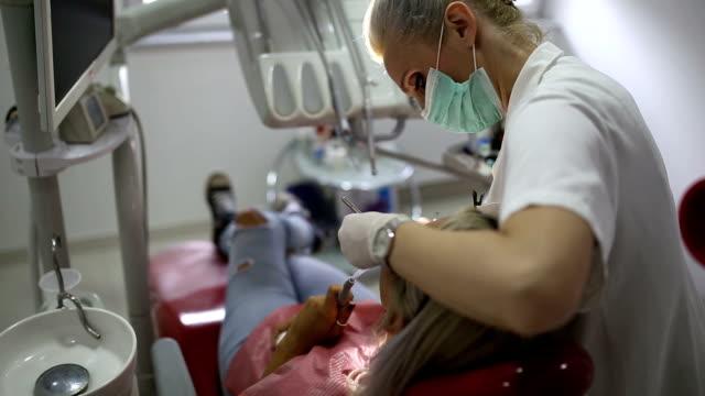 彼女のオフィスで働く女性の歯医者 - 歯科医師点の映像素材/bロール