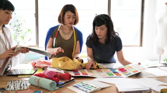 材料についての議論を有する女性のデザイナー チーム ビデオ