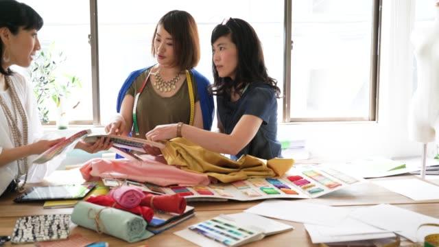 Weibliche Designer-Team mit Diskussion über Materialien – Video
