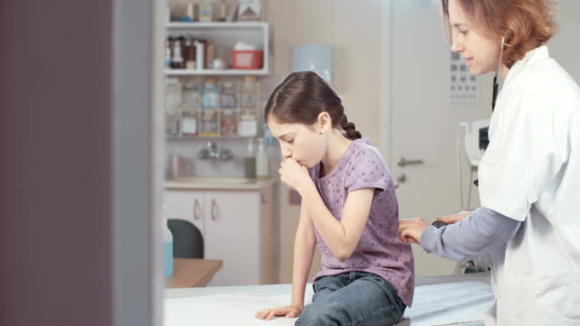 kvinnliga läkare chaecking en ung flicka i kliniken - hospital studio bildbanksvideor och videomaterial från bakom kulisserna