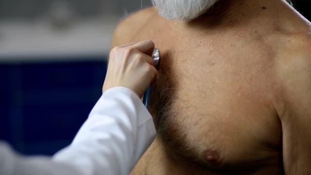 女性の医師が患者の心拍を調べる - 聴診器点の映像素材/bロール