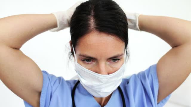 vídeos y material grabado en eventos de stock de doctora alistarse - guante quirúrgico