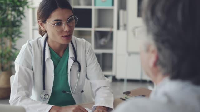 ärztin, geben einen handshake für ihre patienten - medizinexamen stock-videos und b-roll-filmmaterial