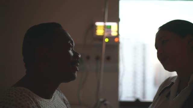 arzt und patient im krankenhauszimmer mit gesichtsmaske - geduld stock-videos und b-roll-filmmaterial