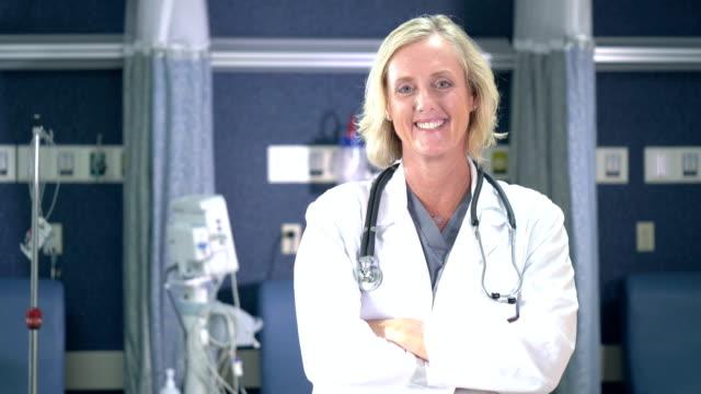 vídeos y material grabado en eventos de stock de doctora femenina en clínica médica - encuadre cintura para arriba