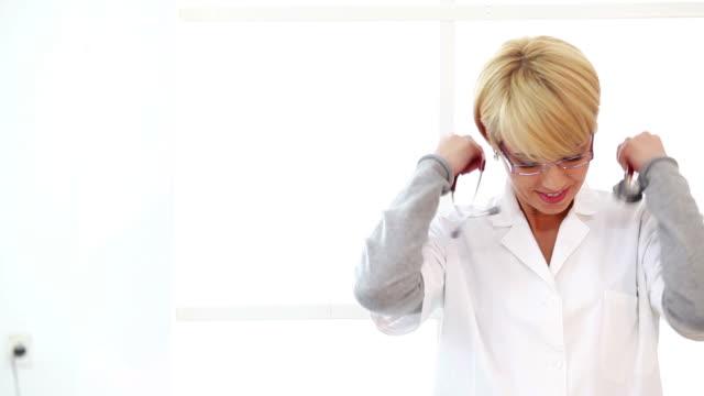 Femmina medico in ufficio - video