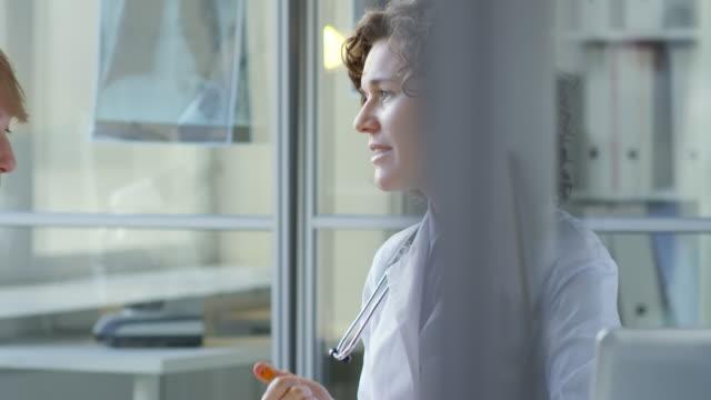 female doctor using penlight during medical exam - zabieg medyczny filmów i materiałów b-roll