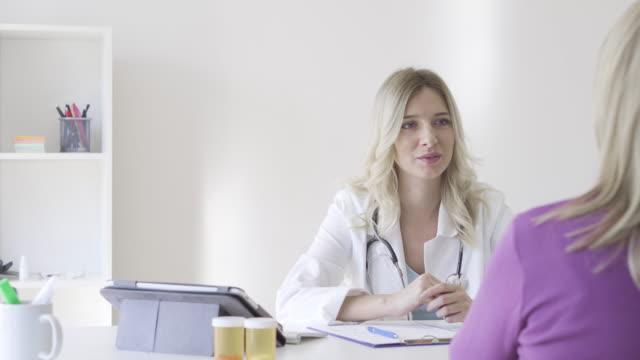 ärztin und patient - patientin stock-videos und b-roll-filmmaterial
