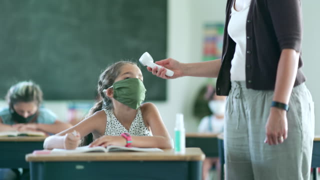 女教育工作者檢查學生體溫。 - back to school 個影片檔及 b 捲影像