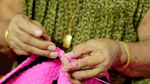female elder knitting a blanket - duntäcke bildbanksvideor och videomaterial från bakom kulisserna