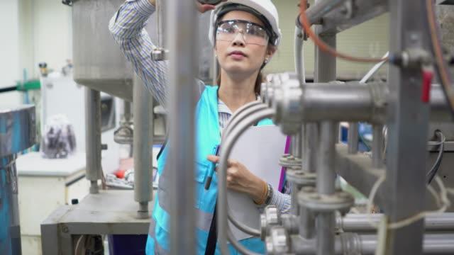 female engineer at work - occhiali protettivi video stock e b–roll