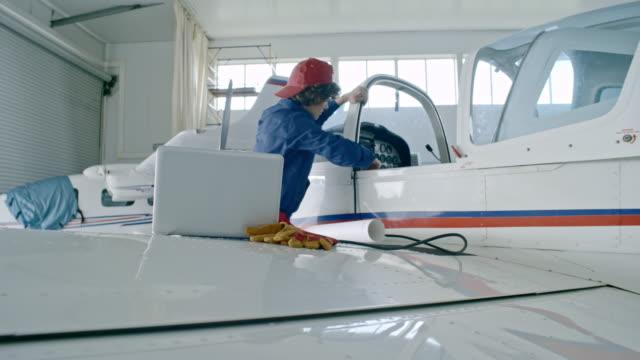 비행기 엔진을 테스트 하는 동안 노트북을 사용 하 여 여성 엔지니어 - 항공 비행체 스톡 비디오 및 b-롤 화면