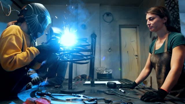 vídeos de stock, filmes e b-roll de engenheira trabalhar com máquina de solda - soldar