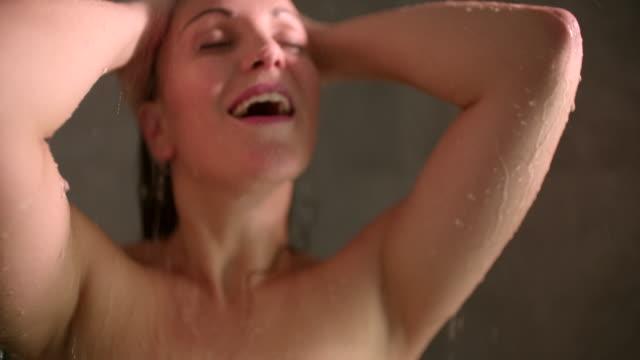 雌ながらシャワー - 動物の身体各部点の映像素材/bロール