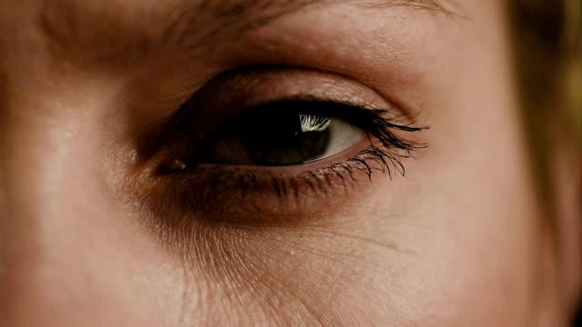 женский глаз крупным планом замедленная съёмка - морщинистый стоковые видео и кадры b-roll