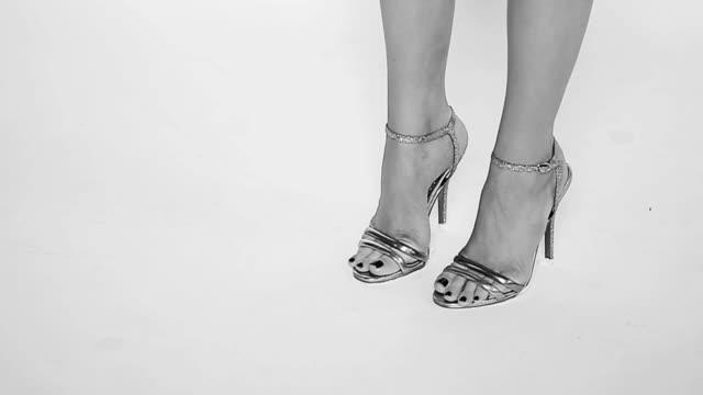 vídeos y material grabado en eventos de stock de pies femeninos en los zapatos de tacón sexy. b&w - moda playera