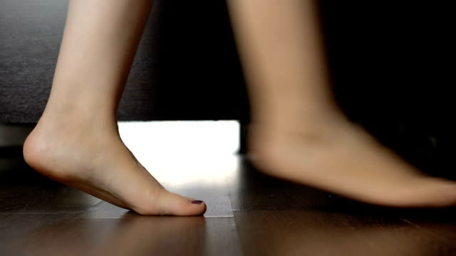 kvinnliga fötter promenader i sovrum, kvinnan välja vad att bära, morgonrutin - på tå bildbanksvideor och videomaterial från bakom kulisserna