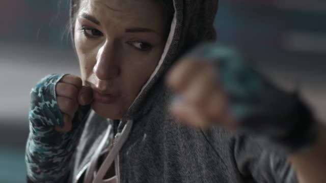 格闘家トレーニングセッション中の女性 ビデオ
