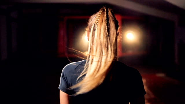 a female fighters head with long blonde hair. - donna forzuta video stock e b–roll