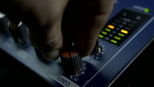 vídeos y material grabado en eventos de stock de mujeres dedos encender botón fader mezclador de audio - disco audio analógico