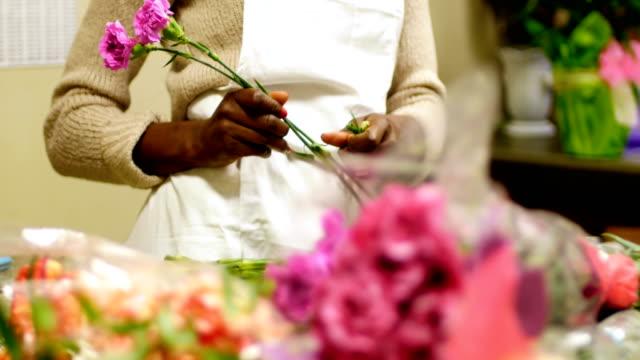 Female florist preparing flower bouquet 4k video