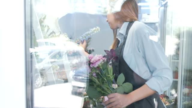 stockvideo's en b-roll-footage met vrouwelijke bloemist selectie van verse bloemen voor boeket - hortensia
