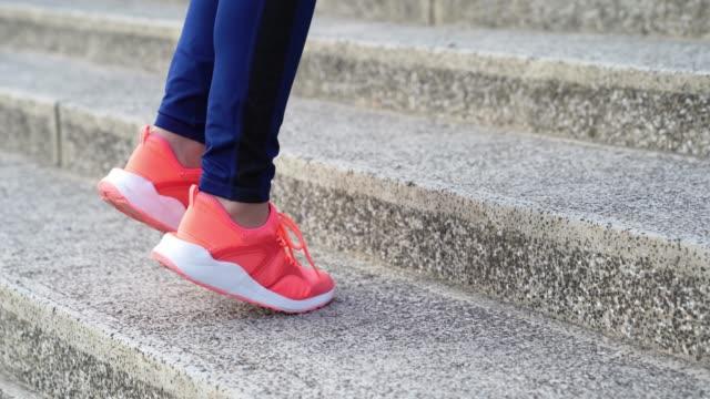 kvinnliga mul steg på trappan för uppvärmning - jogging hill bildbanksvideor och videomaterial från bakom kulisserna