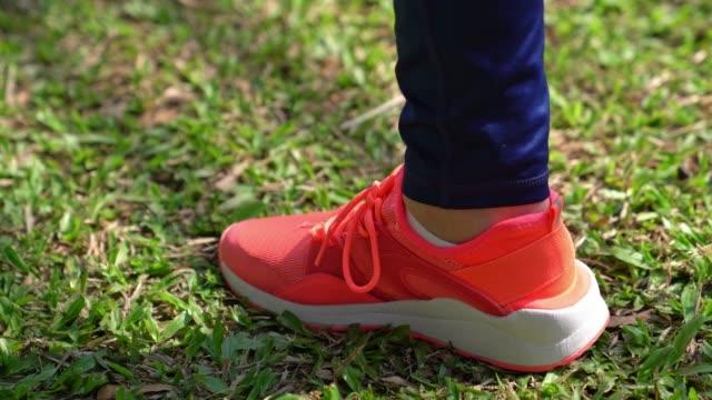 kvinnliga foten bunden sin skosnören - single pampas grass bildbanksvideor och videomaterial från bakom kulisserna