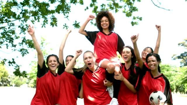 vídeos de stock e filmes b-roll de equipa de futebol feminino celebrando uma vitória no parque - equipa desportiva