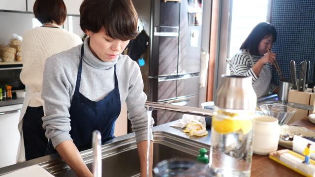 vídeos y material grabado en eventos de stock de amigas que cocinan para la fiesta del almuerzo - cocina doméstica