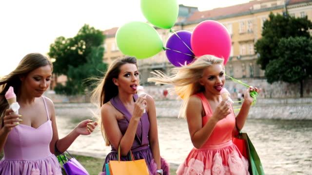 vídeos de stock e filmes b-roll de female friends eating ice cream after shopping - mulher balões