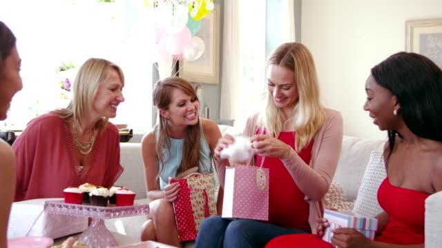 vídeos y material grabado en eventos de stock de amigas reunión para fiesta prenatal toma en r3d - baby shower