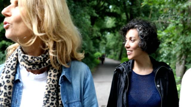 freundinnen reden beim wandern im wald - in den vierzigern stock-videos und b-roll-filmmaterial