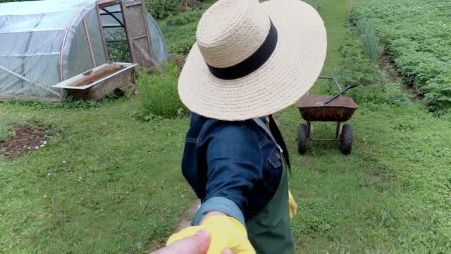 weibliche gärtner zeigen den garten - wissenschaftlerin stock-videos und b-roll-filmmaterial