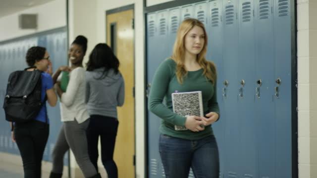 vídeos de stock e filmes b-roll de mulher ficar intimidadas na escola - ameaça