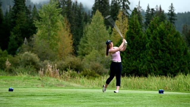 weibliche golferin, die den antrieb macht - golf stock-videos und b-roll-filmmaterial