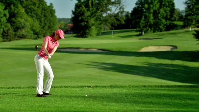 slo, mo, ws weiblichen golfer abschlagen - golf stock-videos und b-roll-filmmaterial