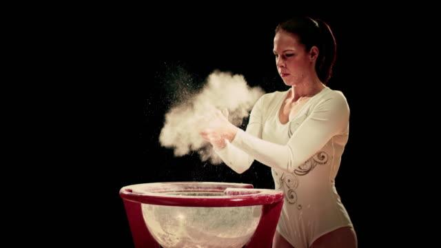 De San Luis Obispo Missouri hembra gimnasta exceso de tiza de las palmas de las manos - vídeo