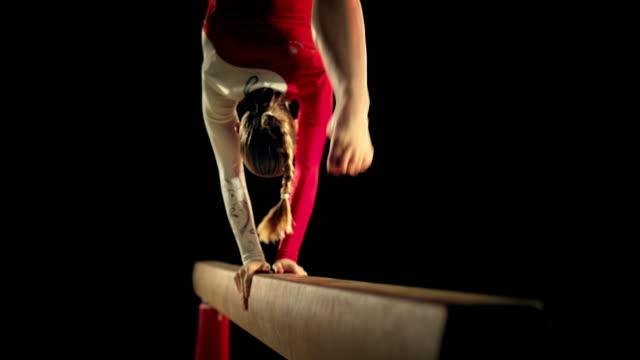 vídeos y material grabado en eventos de stock de de san luis obispo missouri ld hembra gimnasta en barra de equilibrio - gimnasia