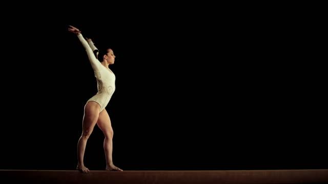 vídeos y material grabado en eventos de stock de de san luis obispo missouri hembra gimnasta realiza una tapa en barra de equilibrio - gimnasia