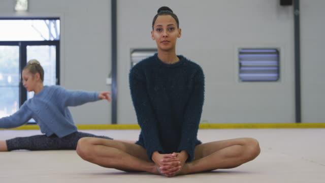 female gymnasts performing at sports hall - ludzka kończyna filmów i materiałów b-roll